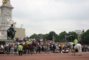 Crowds_at_buckingham_palace